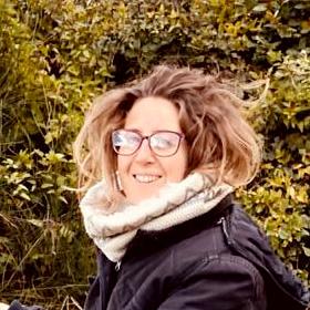 Anaïs bénévole à la ferme, eco-construction